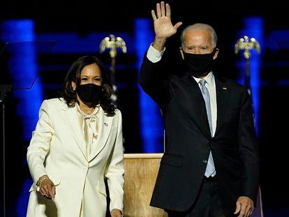 Kamala Harris y Joe Biden, tras dar su discurso este sábado en Wilmington (Delaware).