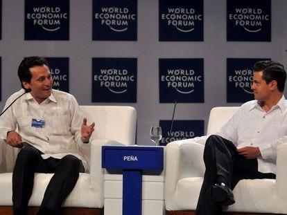 Emilio Lozoya habla con el expresidente Peña Nieto, durante el foro económico mundial en 2010.