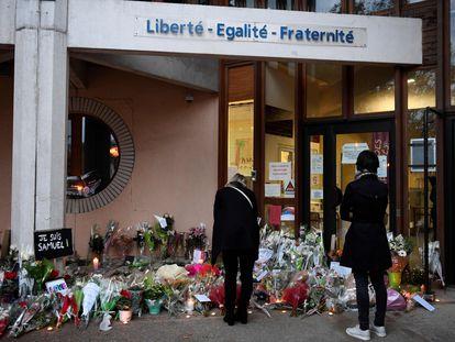 Homenaje improvisado a las puertas del colegio en Conflans Saint-Honorine, este sábado.