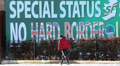 Un cartel en Belfast aboga por un Brexit sin frontera y con estatus especial para Irlanda del Norte.