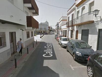 Vista de la calle España, en la localidad sevillana de Tocina, donde se ha producido el incendio en una vivienda.