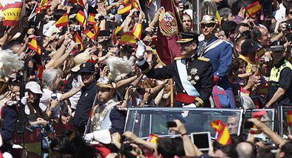 Felipe VI, en un coche descubierto, el día de su proclamación.