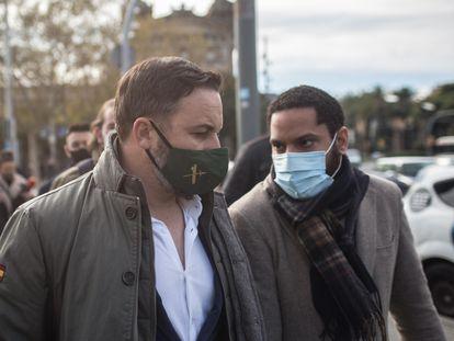 El líder de VOX, Santiago Abascal (izquierda), junto con el candidato a la Generalitat del partido, Ignacio Garriga, en el Port Vell de Barcelona, en una imagen de archivo.