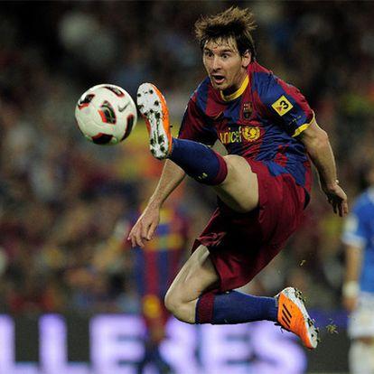 Messi trata de controlar un balón en un partido de Liga con el Barcelona.