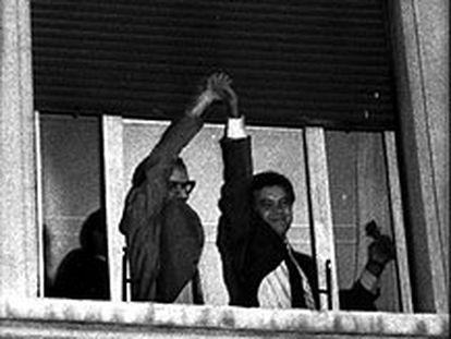Alfonso Guerra levanta la mano de Felipe González,  tras la victoria del PSOE en las elecciones generales de octubre de 1982.