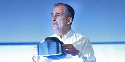 Brian Krzanich, consejero delegado de Intel, con las gafas de Project Alloy.
