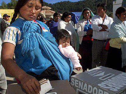 Una indígena totzil maya vota en las últimas elecciones presidenciales.