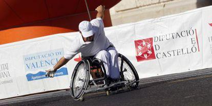 Uno de los jugadores en silla de ruedas que ayer hicieron una exhibición de raspall en la plaza del Ayuntamiento.