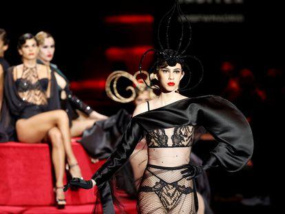 Modelos de Andrés Sardá, la firma que ha abierto este jueves la Semana de la Moda de Madrid.