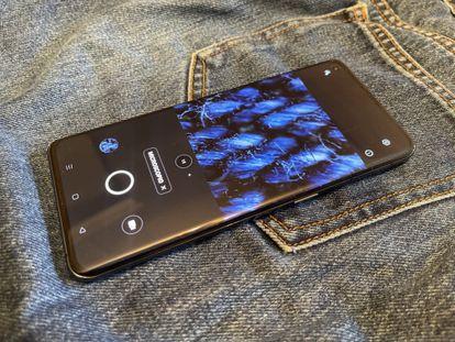 Imagen de la tela de un pantalón vaquero en el 'microscopio' de la cámara del Oppo Find X3 Pro.