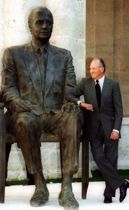 El Rey, con la estatua que le hizo Antonio López en 2001.
