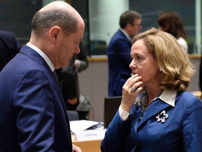 El ministro de Finanzas alemán, Olaf Scholz, junto a la ministra Nadia Calviño.