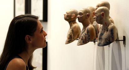 Una visitante, ante una de las obras de la galería mexicana Enrique Guerrero en Matadero.
