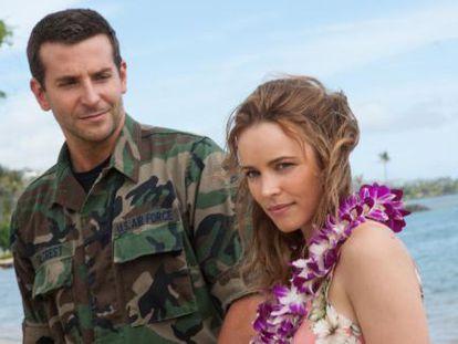 Bradley Cooper y Rachel McAdams en 'Aloha', filme que ha perdido un 29% de lo que costó.