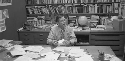 Ben Bradlee en su escritorio en 1971, un año antes de destapar el 'caso Watergate'.