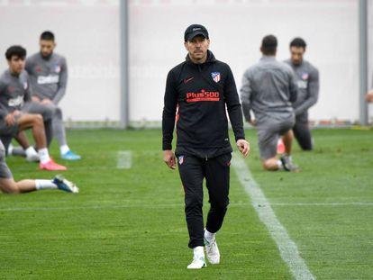 Simeone, en el entrenamiento de este lunes. En vídeo, declaraciones del entrenador.