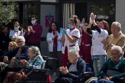 Personal y usuarios de la residencia de mayores Vitalia Kansas salen al patio el pasado 26 de marzo para celebrar que no tienen ningún caso de contagio por coronavirus.