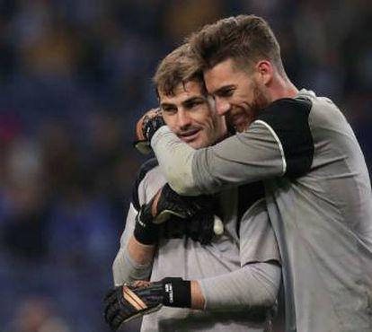 Sá abraza a Casillas tras el calentamiento de un partido del Oporto.