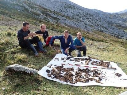 El equipo de espeleólogos junto a los huesos de Eloy Campillo y la niña recuperados de la sima Topinoria (Cantabria).