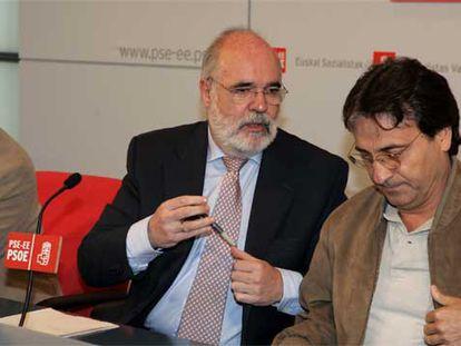 El parlamentario socialista Jesús Loza (en el centro), junto a alcaldes y cargos del PSE, ayer en Bilbao.