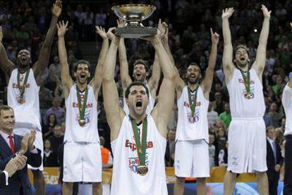 Reyes levanta el trofeo de campeones.