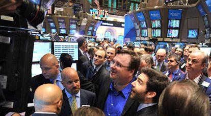 El consejero delegado de LinkedIn, Jeff Weinner,  y el fundador del portal, Reid Garrett Hoffman, con gafas y camisa azul, siguen la evolución de las acciones en Wall Street.
