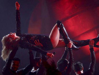 Taylor Swift durante su actuación en los American Music Awards.