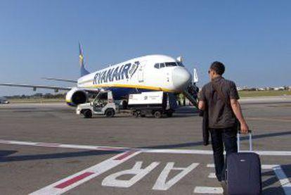 Ryanair dejará en otoño el aeropuerto de Reus. Además, amenaza con retirar la mitad de sus vuelos del de Girona (en la imagen).