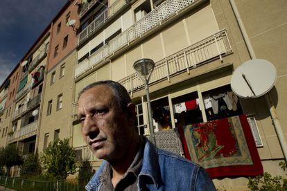 Mohamed Aziz frente a su casa de Martorell (Barcelona).