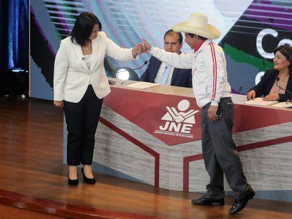 Los candidatos a la presidencia de Perú, Keiko Fujimori, de Fuerza Popular, y Pedro Castillo, de Perú Libre, se saludan en el debate este domingo en Arequipa, Perú.