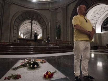 """Un hombre posa junto a la tumba de Francisco Franco, en el Valle de los Caídos. En vídeo, los Franco tachan de """"ilegal"""" el traslado de Franco a El Pardo."""