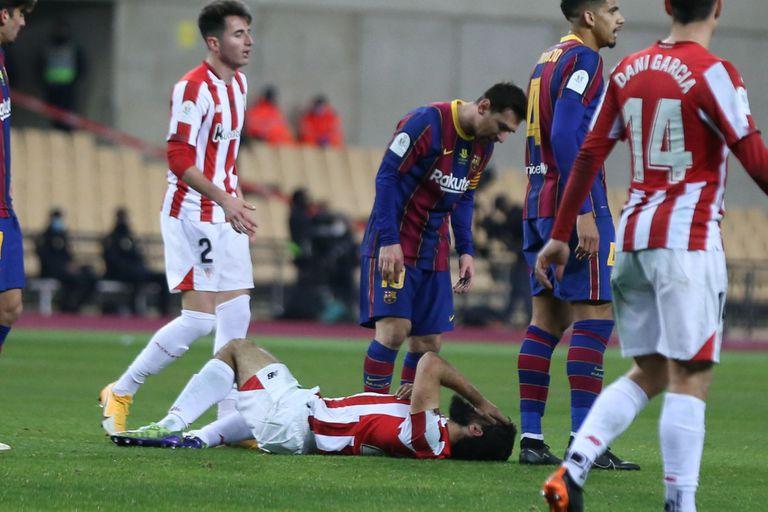 Villalibre, en el suelo, se duele de la agresión de Messi este domingo en la final de la Supercopa.