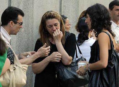Pilar Manjón (en el centro), ante la puerta del Supremo.