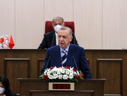 El presidente turco, Recep Tayyip Erdogan, se dirige al Parlamento de la autoproclamada República Turca del Norte de Chipre, este lunes.
