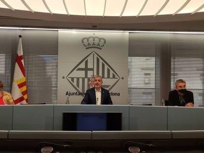 El primer teniente de alcalde del Ayuntamiento de Barcelona, Jaume Collboni, flanqueado por la concejal de Hacienda, Montserrat Ballarín, y el de Presupuesto, Jordi Martí.