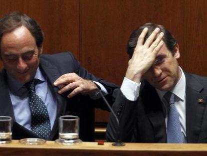 Passos Coelho (d) y el ministro de Exteriores, durante la moción de censura.