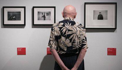 Duane Michals posa junto a tres de sus fotografías en la exposición de la Fundación Mapfre de Barcelona.