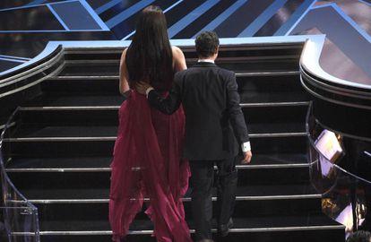 Nicolas Saavedra y Daniela Vega suben al escenario.