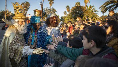 Los Reyes Magos de Oriente saludan a los niños en Barcelona