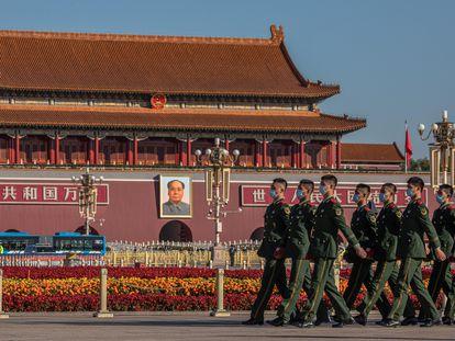 Policías paramilitares chinos desfilan por la plaza de Tiananmen para acudir al discurso del presidente chino, Xi JInping, en conmemoración de la guerra de Corea