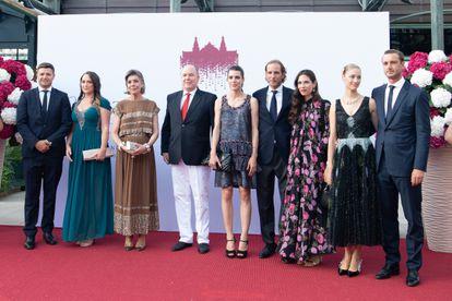 De izquierda a derecha, Gareth y Roisin Wittstock, Carolina de Mónaco, Alberto II de Mónaco, Carlota Casiraghi, Andrea Casiraghi, Tatiana Santo Domingo, Beatrice Borromeo y Pierre Casiraghi, en la gala de la Cruz Roja de Mónaco celebrada el 16 de julio de 2021.