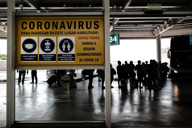 Varias personas transitan en una terminal de transporte este lunes, en Buenos Aires (Argentina).