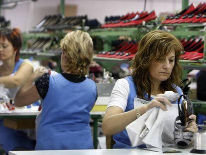 Trabajadoras de una fabrica de calzado