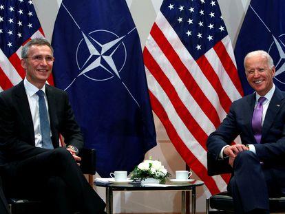 El secretario general de la OTAN, Jens Stoltenberg, y el demócrata Joe Biden, en febrero de 2015 en Múnich.