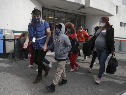 Una familia de migrantes cruza la frontera mexicana en Ciudad Juárez hacia El Paso (Texas), en Estados Unidos, el pasado 26 de febrero.