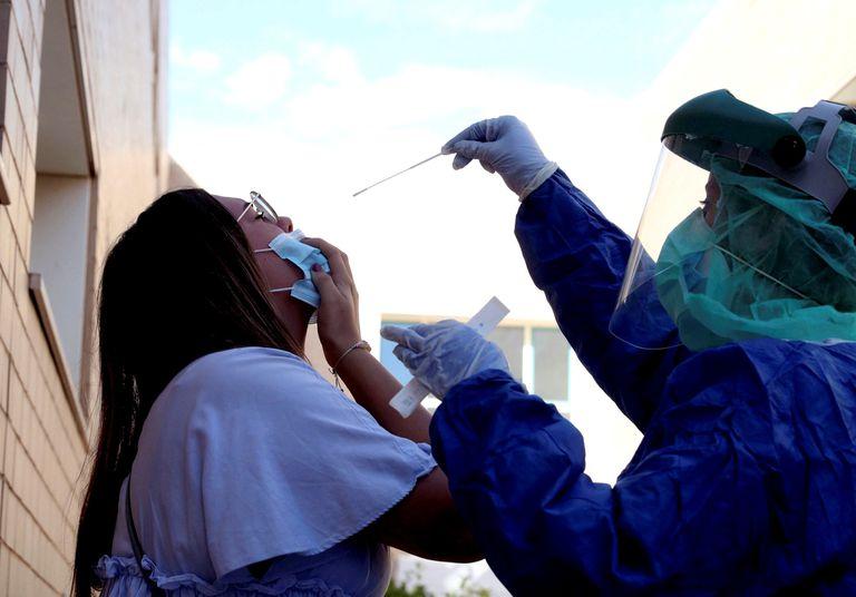 Una sanitaria hace un test PCR en un Centro de Salud de Ejea de los Caballeros (Zaragoza).
