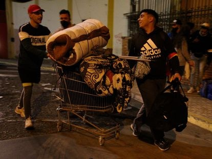 Más de 160 personas han sido desalojadas este martes de la plaza de toros de Melilla donde residían desde hace más de un año.