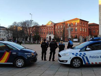 Dos patrullas de Policía Nacional y Municipal en Valladolid.