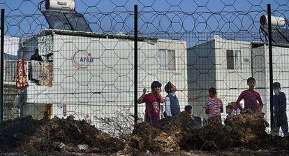 Niños sirios observan el inicio de las obras de una escuela financiada por la UE, en la provincia de Osmaniye (sur de Turquía).