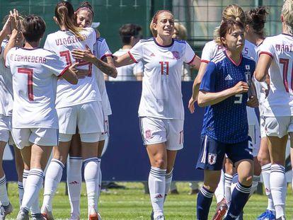 Jenni Hermoso recibe el abrazo de sus compañeras tras marcar el 0-1 ante Japón.